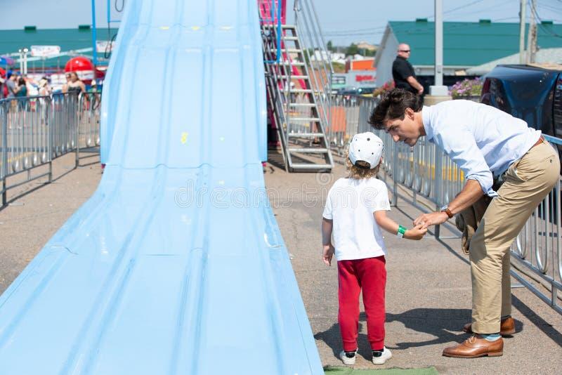 Justin Trudeau et Hadrien sur la glissière photo stock