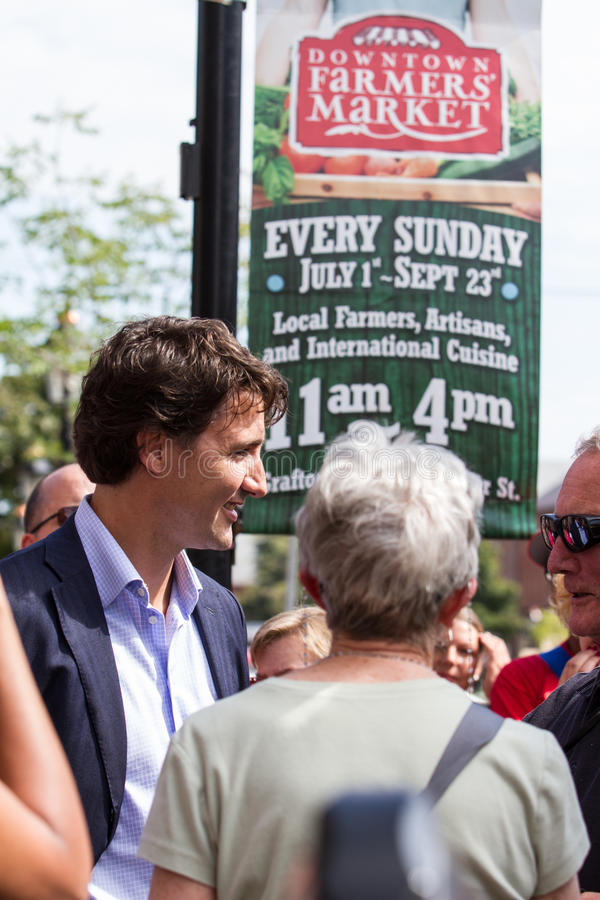 Justin Trudeau marche par Charlottetown photos stock