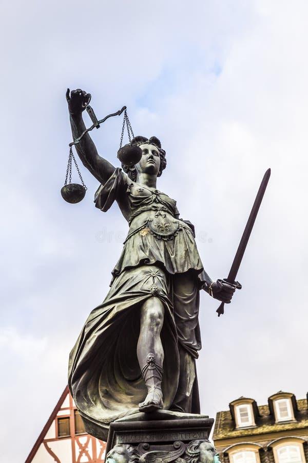 Justitia - κυρία Justice - γλυπτό στην πλατεία Roemerberg μέσα στοκ εικόνες