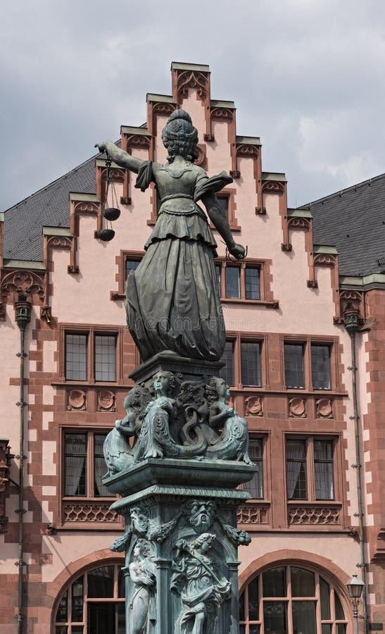 Justitia - скульптура дамы Правосудия на квадрате Roemerberg в Франкфурте, Германии стоковые фотографии rf