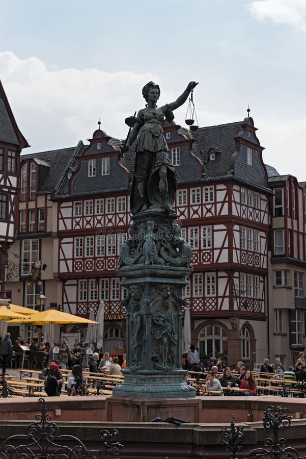 Justitia - DameJustice beeldhouwwerk op het Roemerberg-vierkant in Frankfurt, Duitsland stock fotografie
