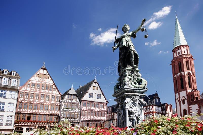 Justitia, Römerberg Frankfurt Duitsland stock foto's
