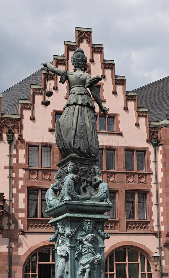 Justitia - skulptur för dam Justice på den Roemerberg fyrkanten i Frankfurt, Tyskland royaltyfria foton