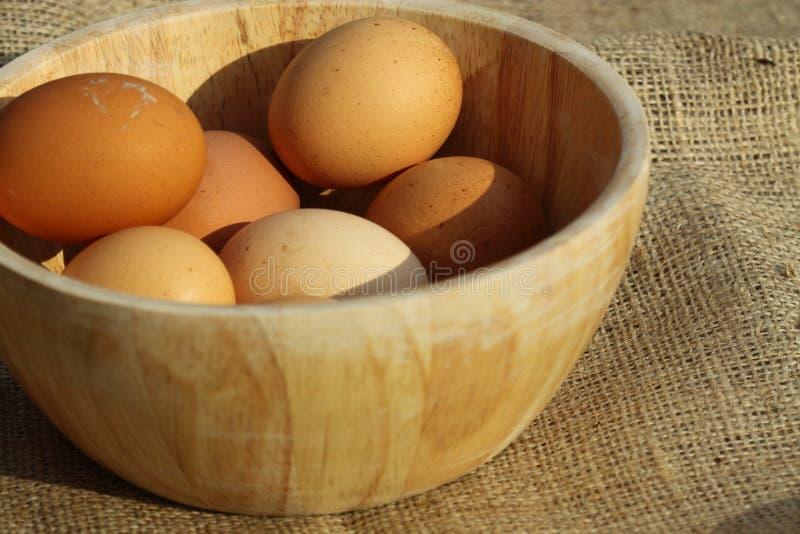 Jute B van de eieren de houten kom stock afbeelding