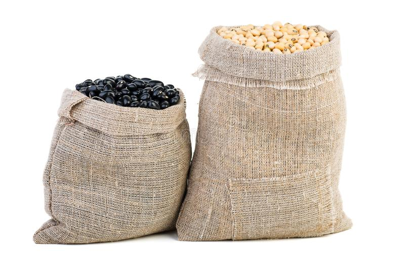 Jute sacks com soja e leguminosas pretas foto de stock