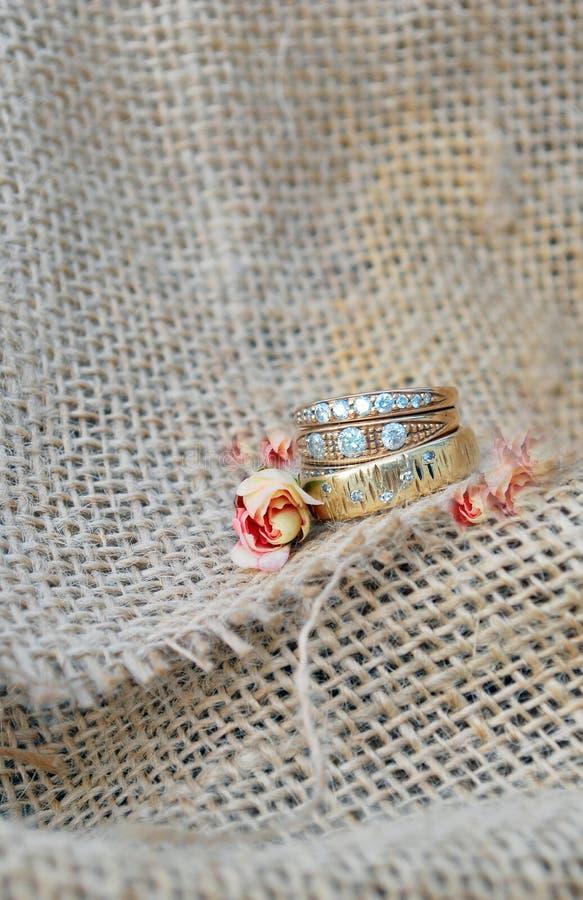 Download Juteachtergrond Met Gouden Ringen Stock Afbeelding - Afbeelding bestaande uit ringen, emotioneel: 39112485