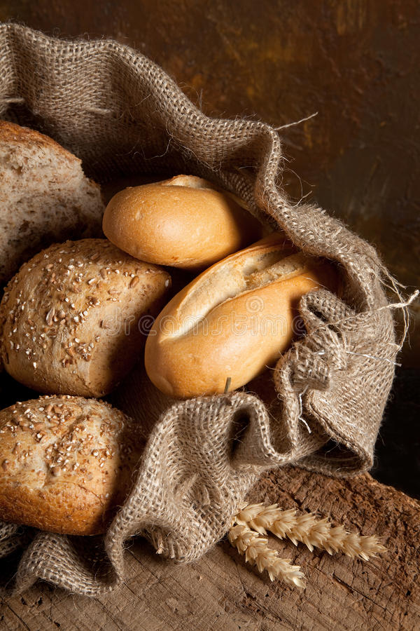 Jutefaserbeutel mit Brot lizenzfreies stockbild