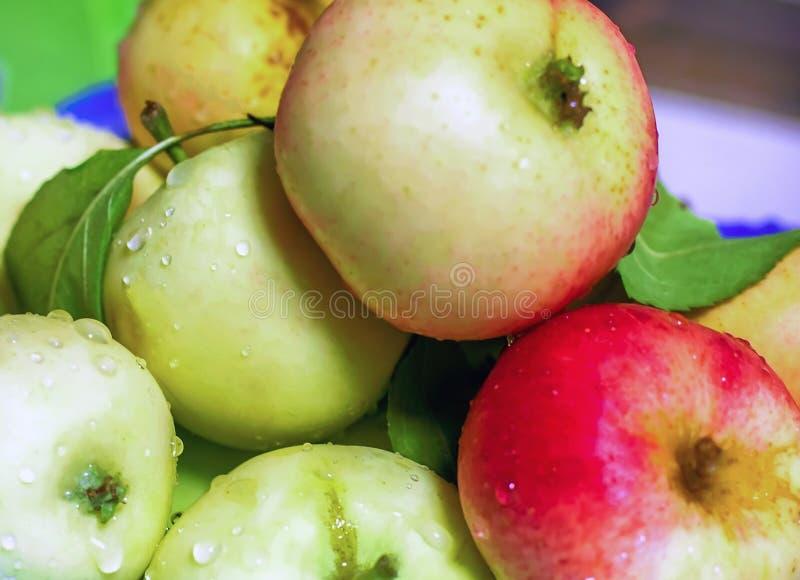 Juteux frais de pommes sur la table Vitamines pour la santé Fres d'Apple image stock