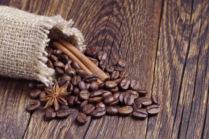 Download Jutezak met koffiebonen stock afbeelding. Afbeelding bestaande uit kaneel - 54083605