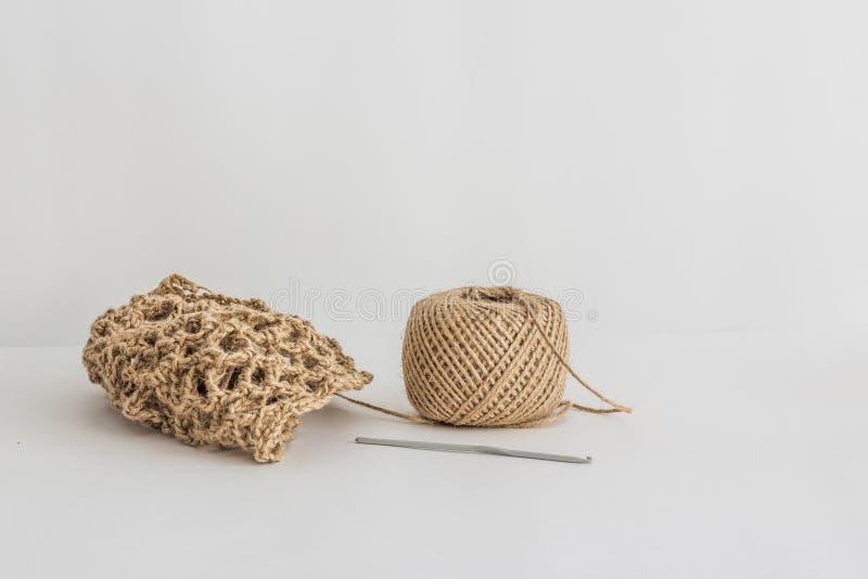 Jutowa gmatwanina i trykotowy produkt na białym tle Eco produkt zdjęcie stock