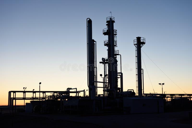 Jutrzenkowa sylwetka drymby i góruje przy ropa i gaz przemysłu przerobową łatwością zdjęcia stock