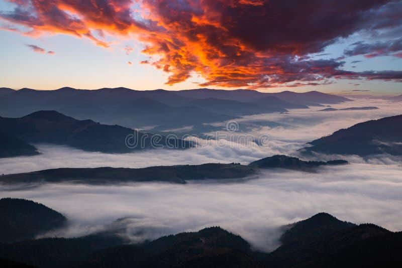 jutrzenkowe mgliste g?ry Pi?kny krajobraz fotografia stock