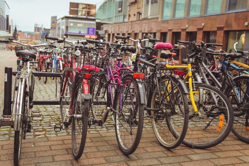 Juvaskyla Finland - kan 2019: Cykelparkering i den finlandssvenska staden av Jyvaskyla m?nga cyklar av olika f?rger royaltyfri foto