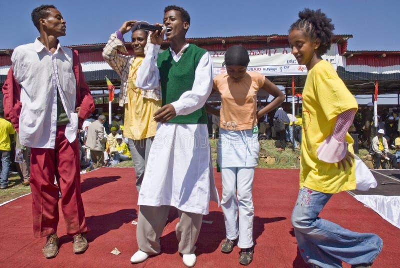 Juventud etíope que canta y que baila en etapa imagenes de archivo
