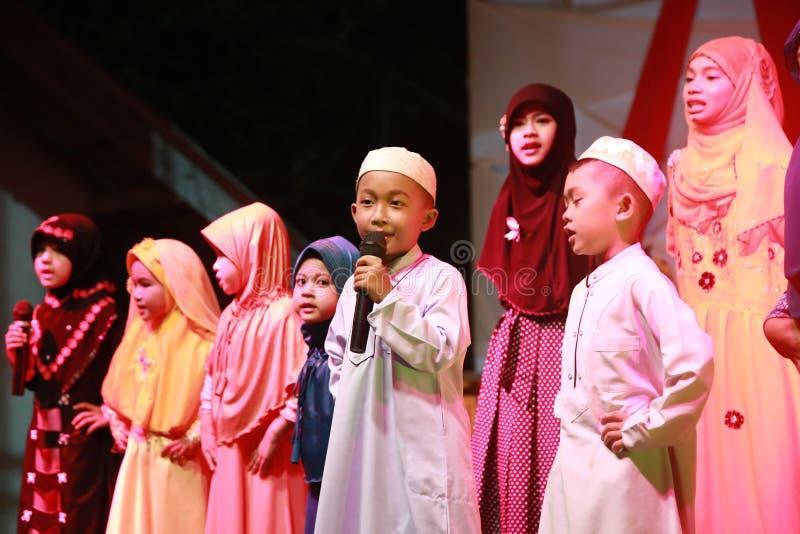 Juventud musulmán que canta por tiempo musulmán de dios y del rezo imagen de archivo