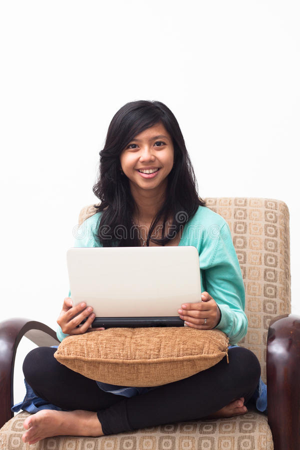 Muchacha joven hermosa del adolescente que sostiene el ordenador portátil foto de archivo libre de regalías