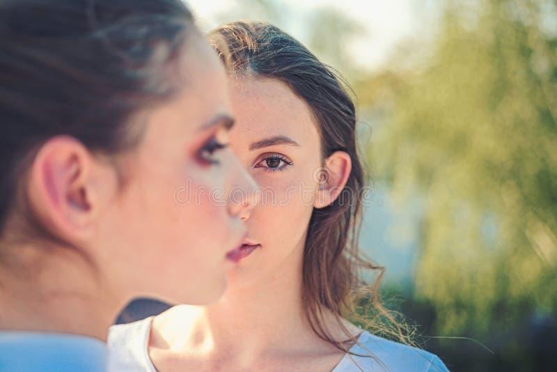 Juventud y belleza Mujeres bonitas con maquillaje natural Skincare y maquillaje del rostro Muchachas lindas con la piel sana jove foto de archivo libre de regalías