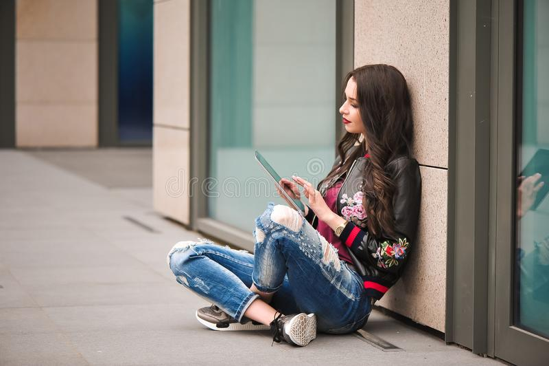Juventud y tecnología Mujer joven atractiva usando la tableta al aire libre fotografía de archivo libre de regalías