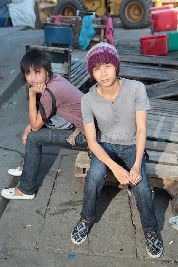 Juventude asiática urbana que pendura para fora imagens de stock royalty free