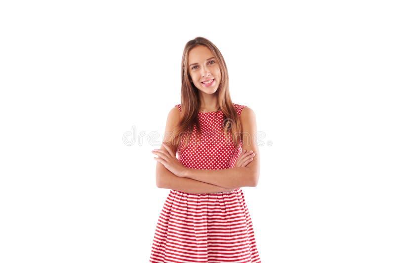 Juventude de sorriso atrativa com os braços dobrados que vestem o sta bonito do vestido foto de stock royalty free