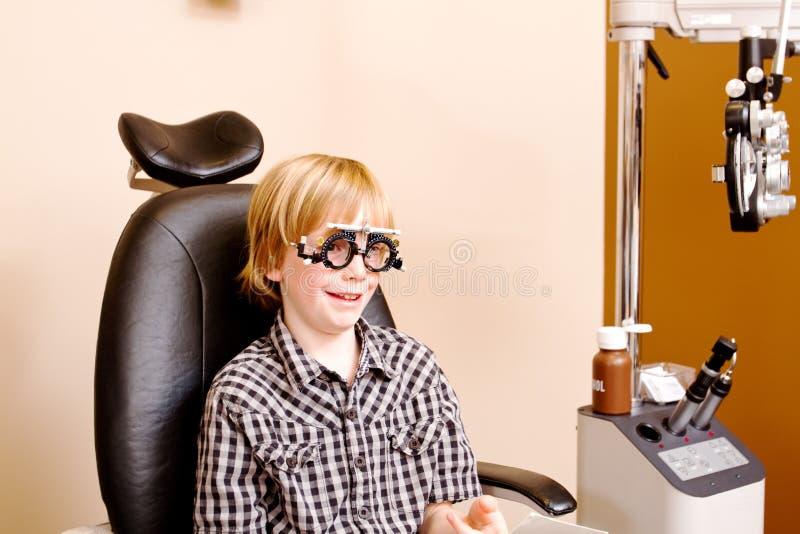 Juventude na clínica do optometrista fotografia de stock royalty free