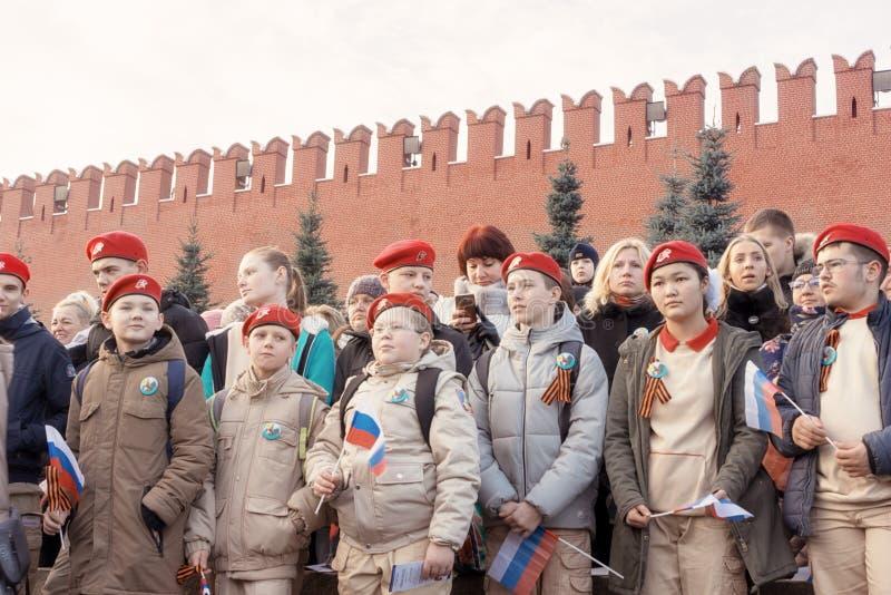A juventude patriótica nova está na primeira fila na parada em Moscou fotografia de stock royalty free