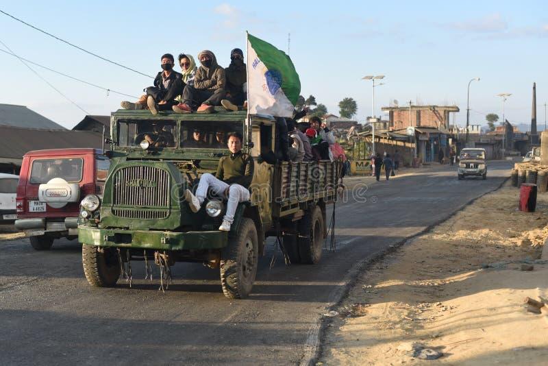Juventudes que llevan del camión de Shaktiman en un camino blacktopped dirigido a un pueblo hacia un torneo local imagen de archivo