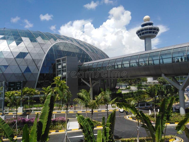 Juwel Changi-Flughafen und Kontrollturm lizenzfreie stockbilder