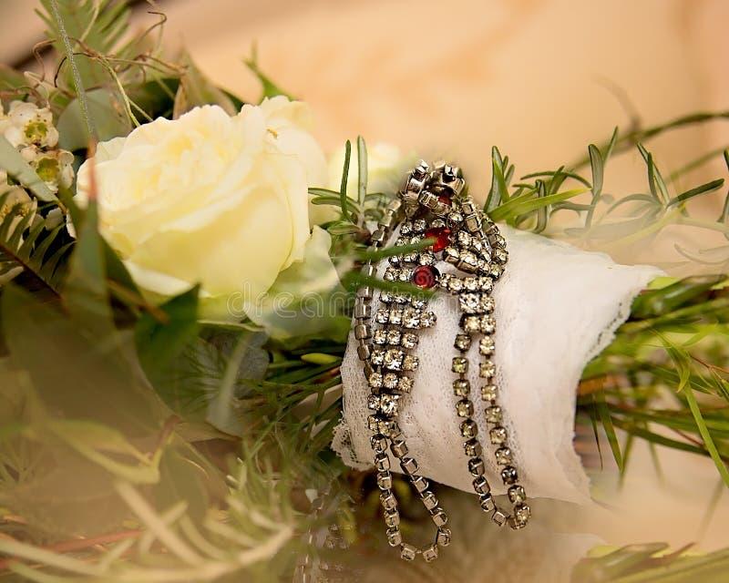 Juwelen die een Bruids Boeket verfraaien stock foto's