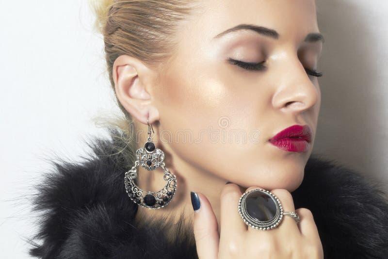 Juwelen en Schoonheid. mooie blonde vrouw. De lippen van de manierkunst photo.red stock foto's
