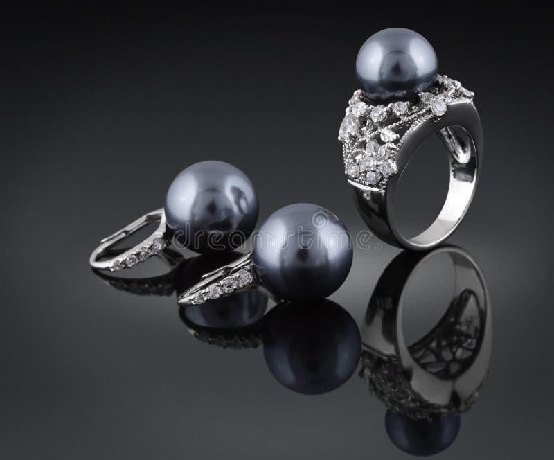 Juwelen met zwarte parel stock afbeelding