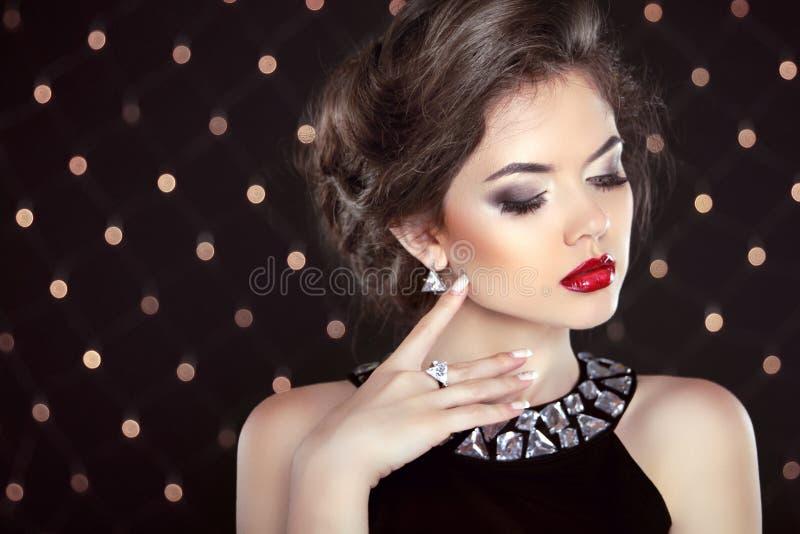 juwelen Mooie Donkerbruine Jonge Vrouw Het model van het maniermeisje over stock foto's