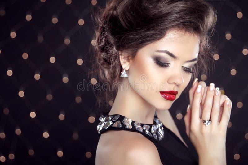 juwelen Mooie Donkerbruine Jonge Vrouw Het model van het maniermeisje over stock fotografie