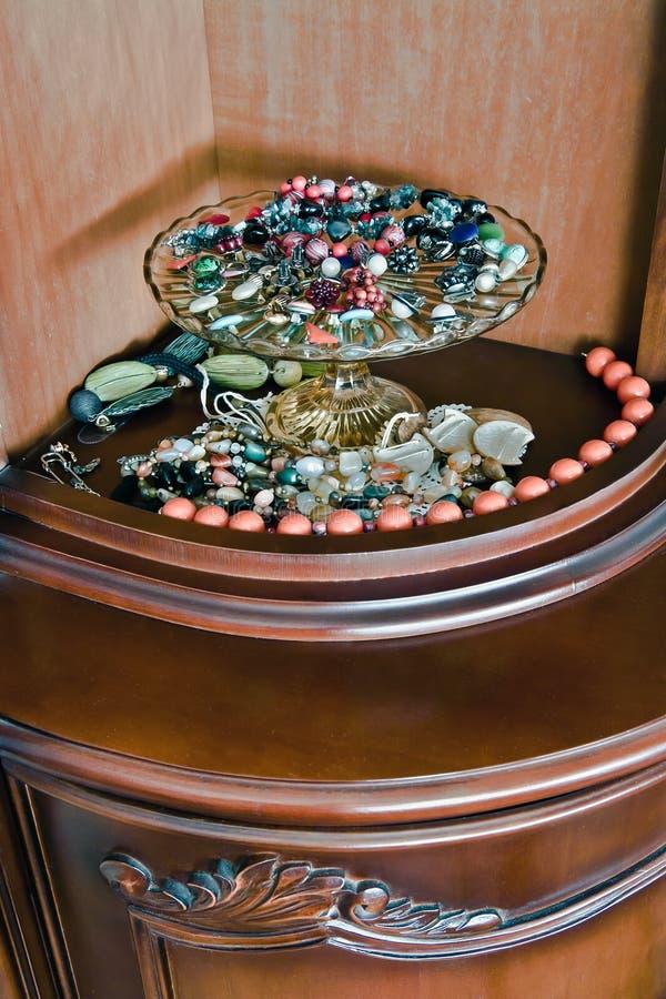 Juwelen op glasdienblad stock afbeeldingen