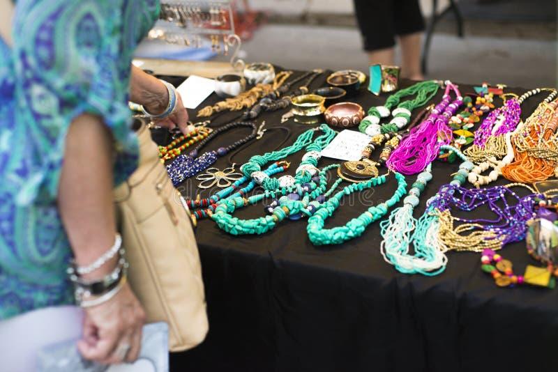 Juwelen op vertoning bij straatfestival stock afbeeldingen