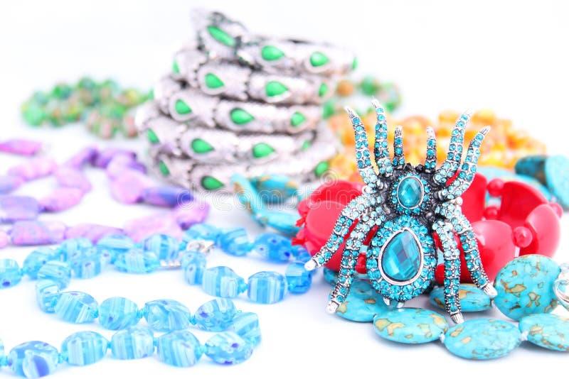 Juwelen op witte geïsoleerde. achtergrond stock foto