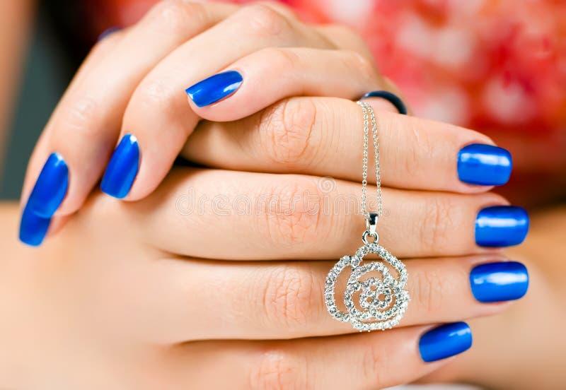 Juwelen in vrouwenhanden royalty-vrije stock foto