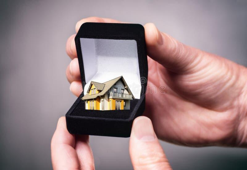 Juwelendoos met huis stock foto's