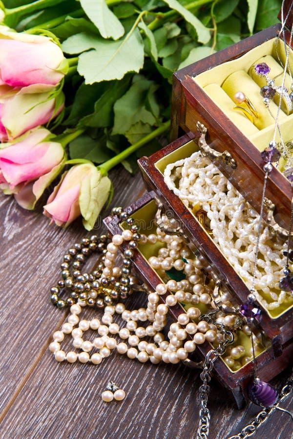Juwelendoos met juwelen met roze rozen stock afbeeldingen