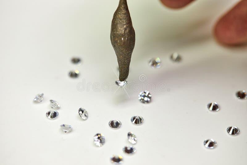 Juwelenproductie De speciale diamanten van de waszetter op een witte achtergrond royalty-vrije stock foto