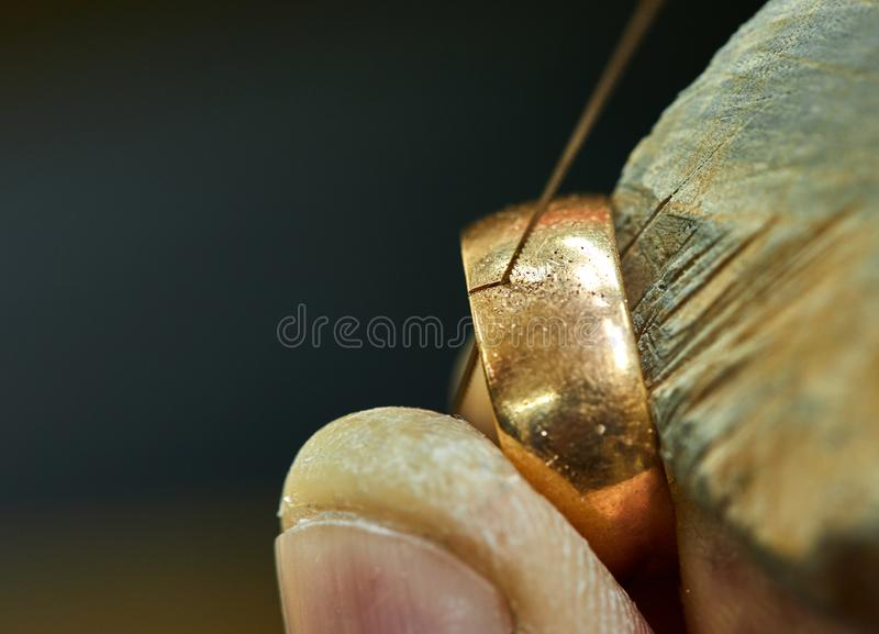 Juwelenproductie Juwelier gebruikend zaag om juwelen tot stand te brengen stock afbeelding