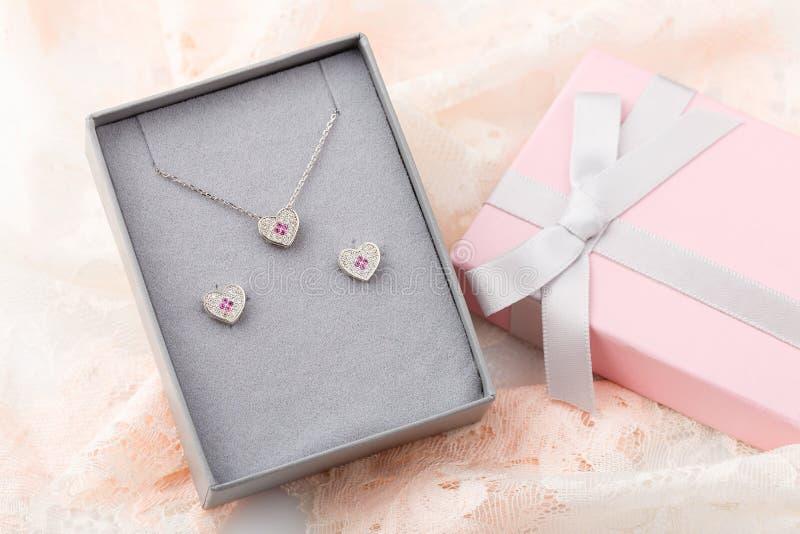 Juwelenreeks van de harthalsband en nagel oorringen met wit en p stock fotografie
