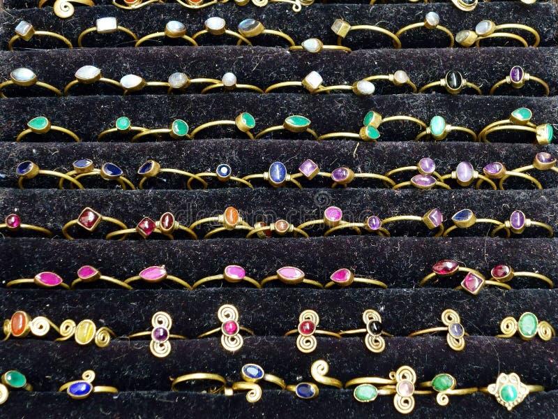 Juwelenringen in Vitrine stock foto's