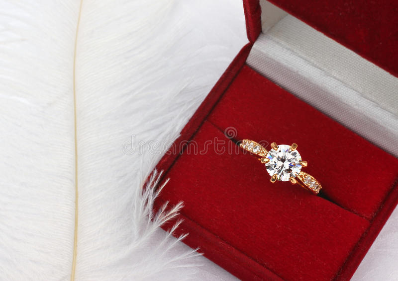 Juwelentrouwring met diamant in giftdoos op wit stock fotografie