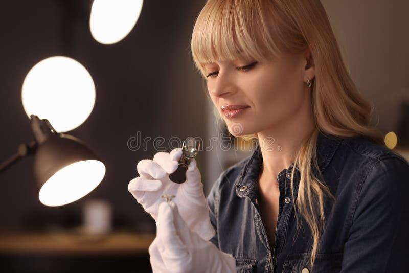 Juwelier, der in der Werkstatt arbeitet lizenzfreies stockfoto