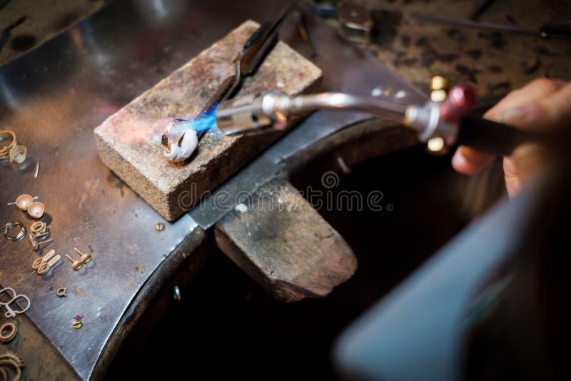 Juwelier die een gouden ring met vlam van lassentoorts solderen royalty-vrije stock afbeeldingen