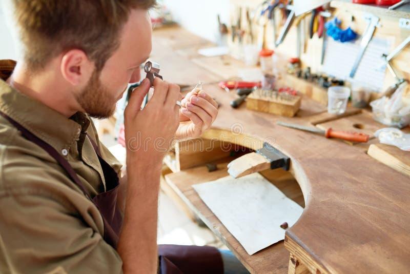 Juwelier Inspecting Ring in Winkel royalty-vrije stock foto