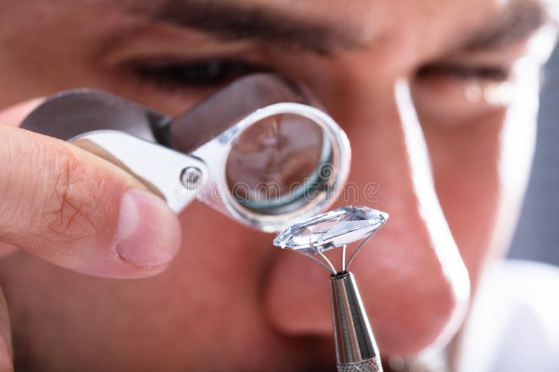 Juwelier Looking At Diamond Through Magnifying Loupe royalty-vrije stock fotografie