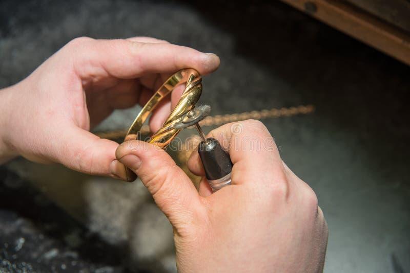 Juwelierhände bei der Arbeit stockbilder