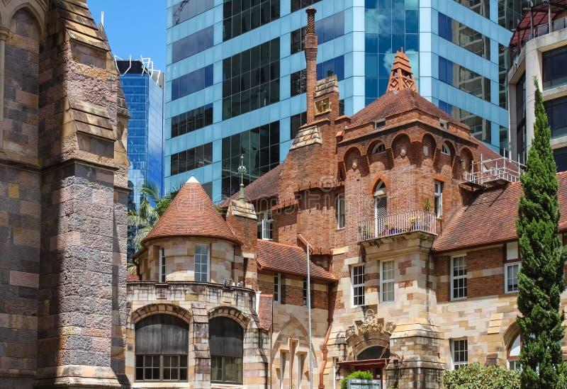 Juxapositon de vieux et nouveaux bâtiments - St Martins House, anciens un hôpital et mémorial beautful et fleuris pour des vétéra images stock